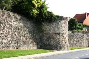 De overblijfselen van de 4544 meter lange Romeinse stadsmuur uit de 2de eeuw